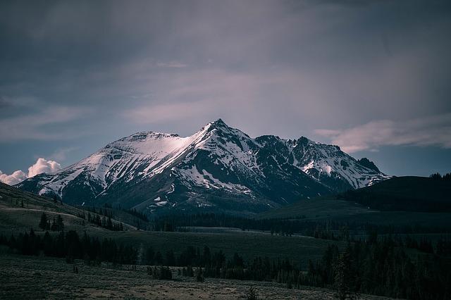 rocky-mountains-1082207_640.jpg